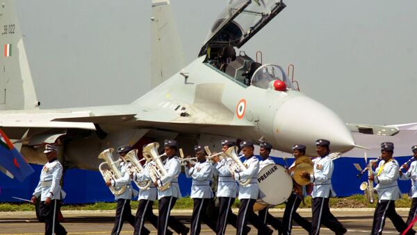 An air force band plays on in front of the Russian-made fighter jet Sukhoi Su-30 MKI during an induction ceremony at the Indian Air Force base of Pune in the eastern Indian state of Maharastra Friday, Sept. 27, 2002 - Sputnik France