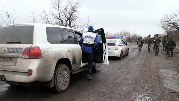 Автомобили ОБСЕ и полиции, которые сопровождают колонну автобусов, прибывших в Дебальцево - Sputnik France