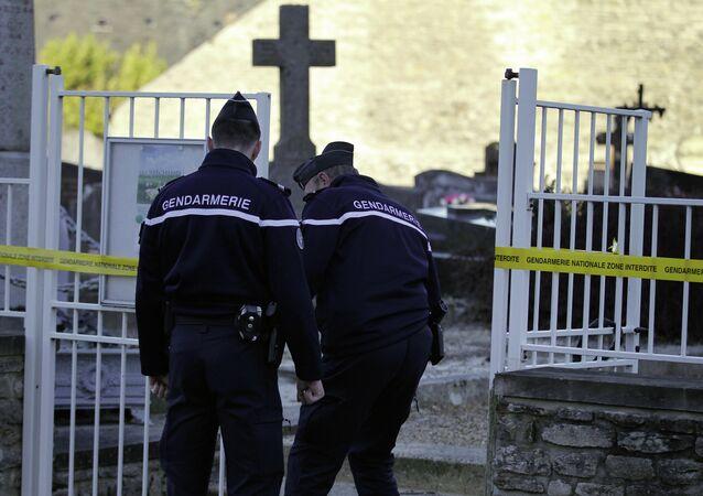 Des gens d'armes à l'entrée du cimetière chrétien de Tracy-sur-Mer, dans le Calvados