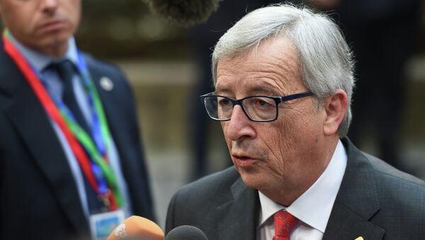 European Commission President Jean-Claude Juncker speaks with journalists as he arrives ahead of the European Council Summit at the European Union (EU) Headquarters in Brussels on February 12, 2015 - Sputnik France