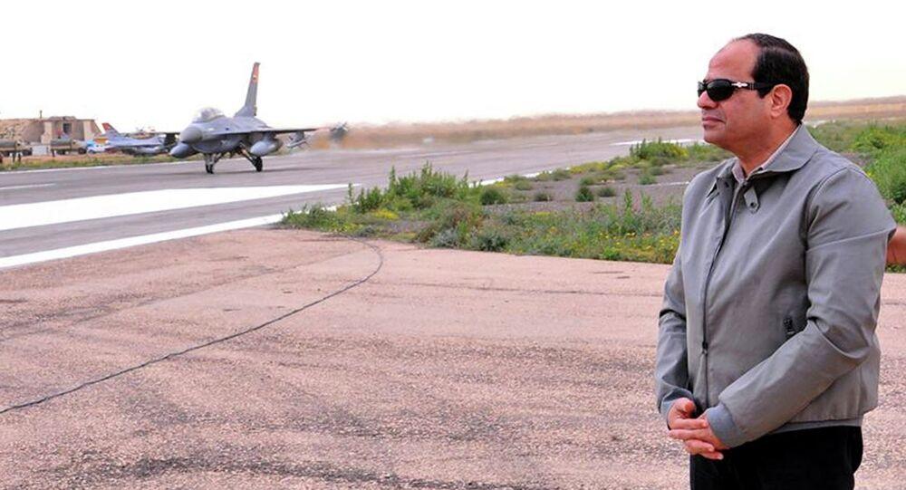 Le président égyptien Abdel Fattah al-Sissi à la frontière entre l'Egypte et la Libye
