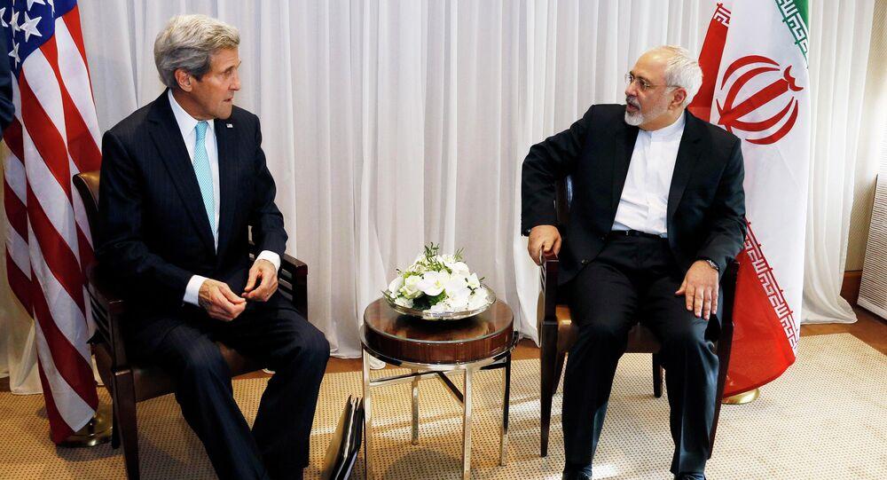 Le secrétaire d'Etat américain John Kerry et le chef de la diplomatie iranienne Mohammad Javad Zarif à Genève le 14 janvier (Archives)