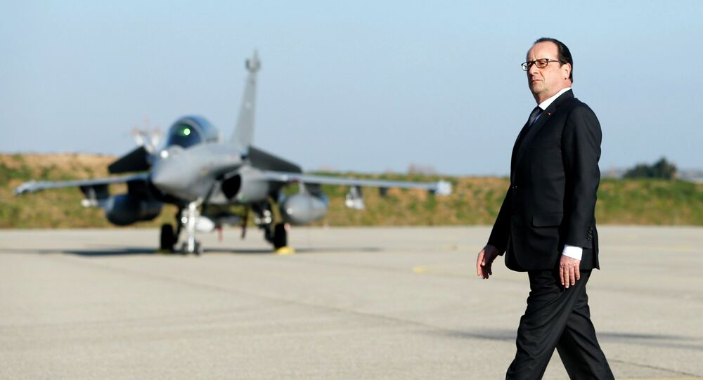 Francois Hollande lors d'une visite à la base aérienne militaire d'Istres