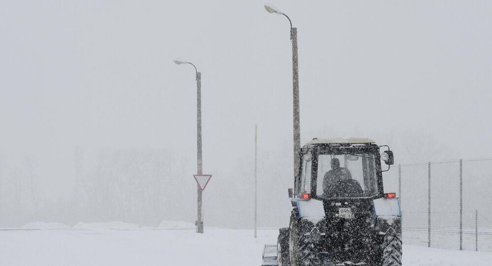 Un tracteur sous la neige près de Rostov