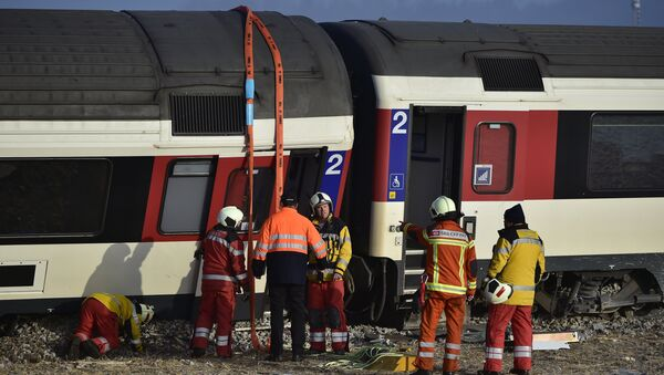 Firefighters inspect the site of a train crash at the train station of Rafz - Sputnik France