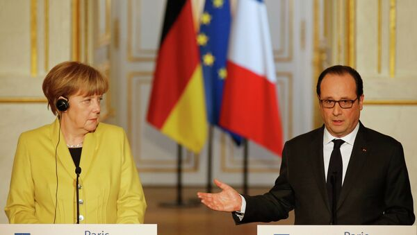 German Chancellor Angela Merkel (L) listens to French President Francois Hollande during a joint news conference after talks at the Elysee Palace in Paris February 20, 2015. - Sputnik France