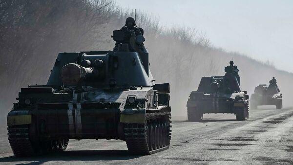 Ukrainian servicemen ride self-propelled howitzers near Artemivsk February 21, 2015 - Sputnik France