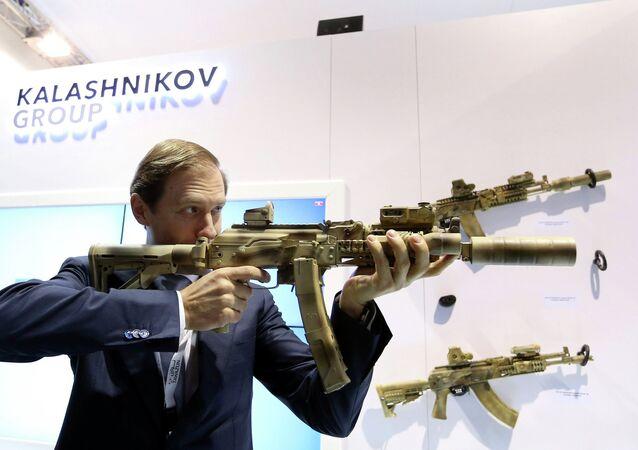 Le ministre russe du Commerce Denis Mantourov teste une arme