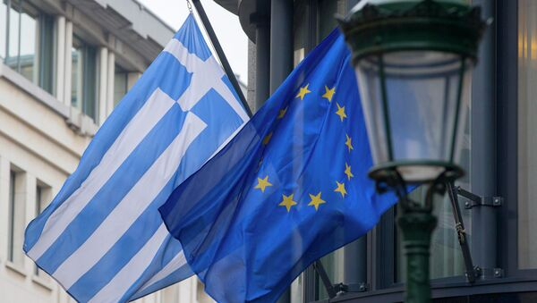 A Greek (L) and a European flag flutter outside the Greek embassy in Brussels February 19, 2015. - Sputnik France
