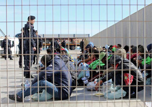 Migrants et policiers italiens