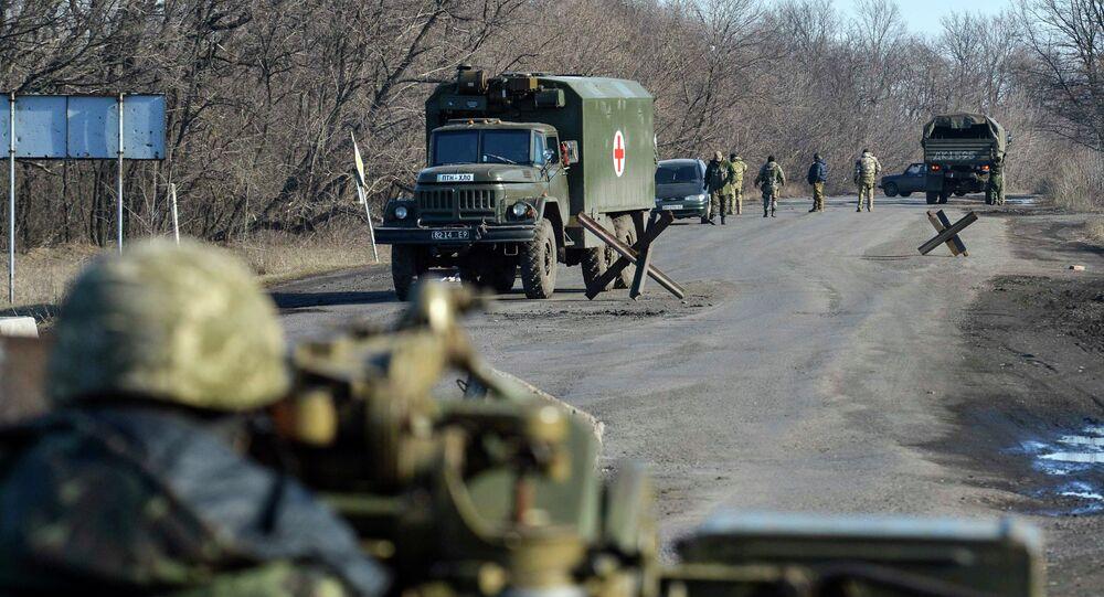 Un soldat ukrainien sur la route près d'Artemovsk