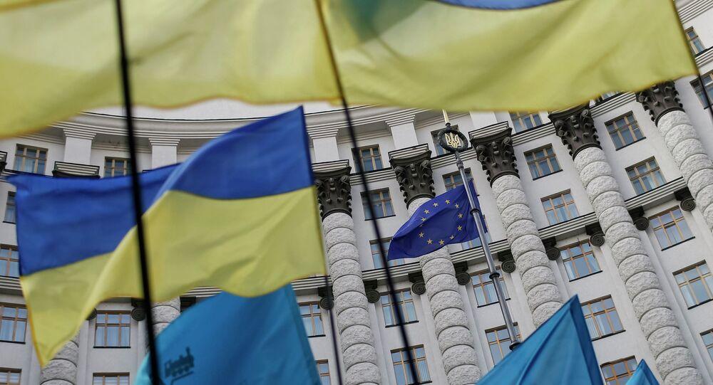 Les drapeaux de l'Ukraine et l'UE
