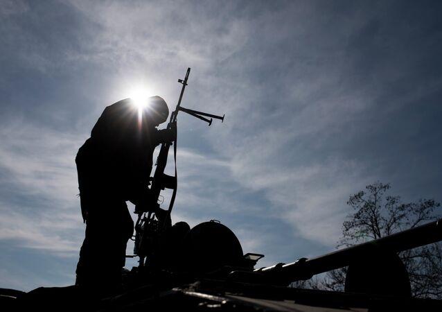 Soldat ukrainien près d'Artemivsk, Ukraine de l'est, lundi, le 23 février 2015