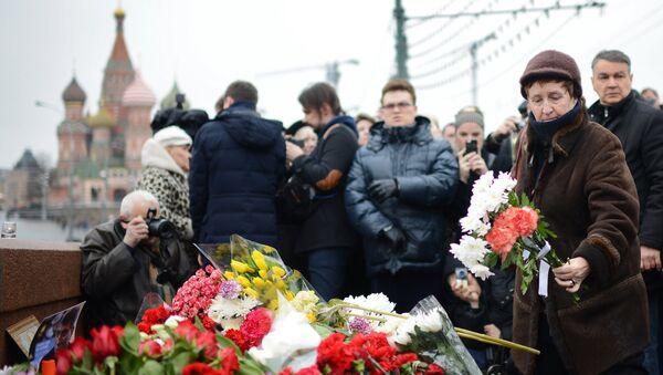 Цветы на месте убийства политика Бориса Немцова - Sputnik France