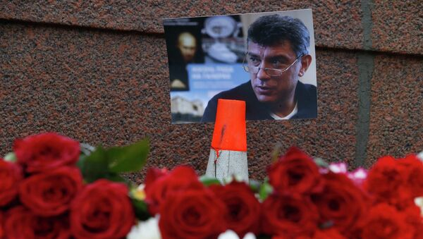 A photo and flowers are placed at the site where Boris Nemtsov was shot dead, near the Kremlin in central Moscow, February 28, 2015. - Sputnik France