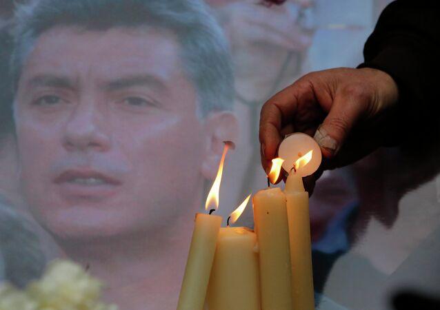Des gens allument des bougies en mémoire de Boris Nemtsov à Saint-Pétersbourg