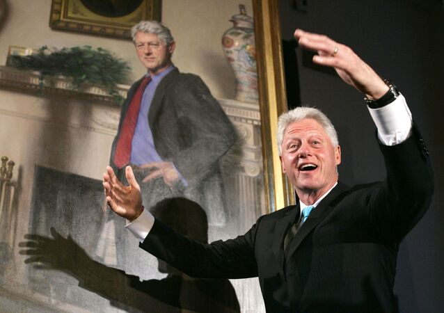 Bill Clinton devant un portrait de lui
