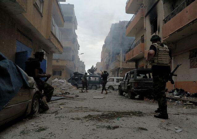 Soldats libyens combattant les islamistes à Benghazi