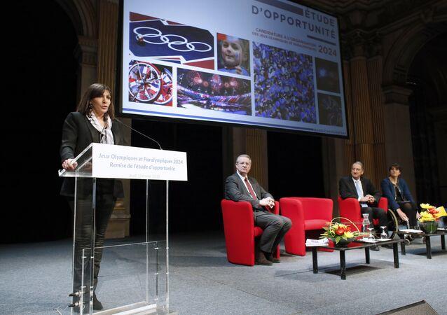 Maire de Paris Anne Hidalgo, présentation d'un rapport sur la candidature de Paris pour JO-2024, le 12 février 2015 à Paris.