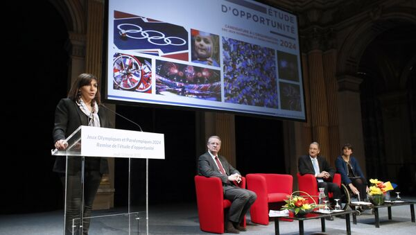 Paris Mayor Anne Hidalgo (L) gives a speech during the presentation of a report on the Paris candidacy for the 2024 Olympic and Paralympic Games on February 12, 2015 in Paris. - Sputnik France