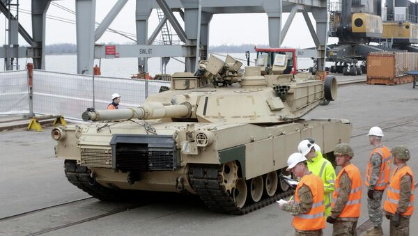 An Abrams main battle tank, for U.S. troops deployed in the Baltics as part of NATO's Operation Atlantic Resolve, leaves Riga port March 9, 2015. - Sputnik France
