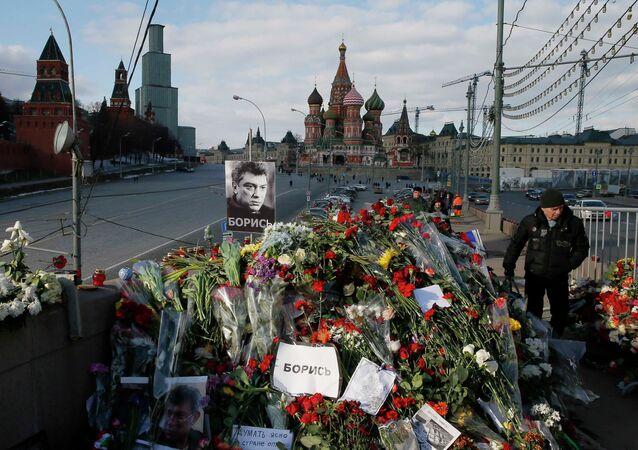 Des fleurs sur les lieux de l'assassinat de Boris Nemtsov
