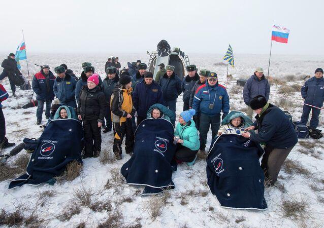 L'équipage de Station spatiale internationale d'Elena Serova et Alexander Samokutyaev de la Russie et Barry Wilmore des Etats-Unis après leur atterrissage, Kazakhstan central, le 12 mars 2015 d'Elena Serova et Alexander Samokutyaev de la Russie et Barry Wilmore des Etats-Unis après leur atterrissage, Kazakhstan central, le 12 mars 2015