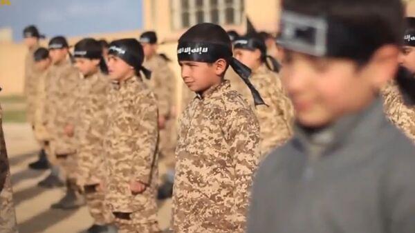 Le camp d'ISIS d'entraînement militaire d'enfants - Sputnik France