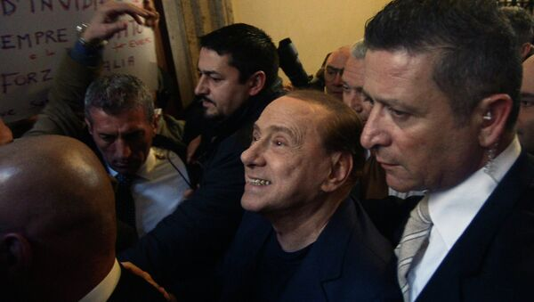 Silvio Berlusconi (C) surrounded by bodyguards, smiles as he arrives at his home in downtown Rome on March 11, 2015. - Sputnik France