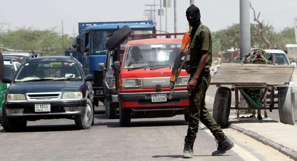 Un membre des forces de sécurité somaliennes patrouille dans les rues de la capitale Mogadiscio (photo d'archives)