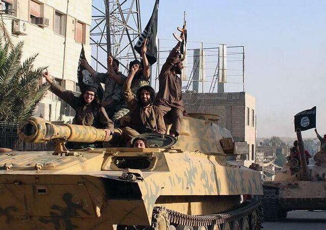 Les combattants d'État islamique défilent