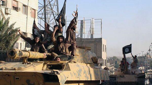 Islamic State fighters parade in Raqqa, Syria - Sputnik France