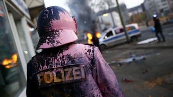 Немецкий полицейский, обстреленный краской протестующими во Франкфурте - Sputnik France