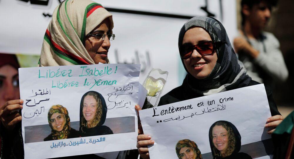 Des femmes à Sanaa tiennent des placards appelant à libérer  la française Isabelle Prime