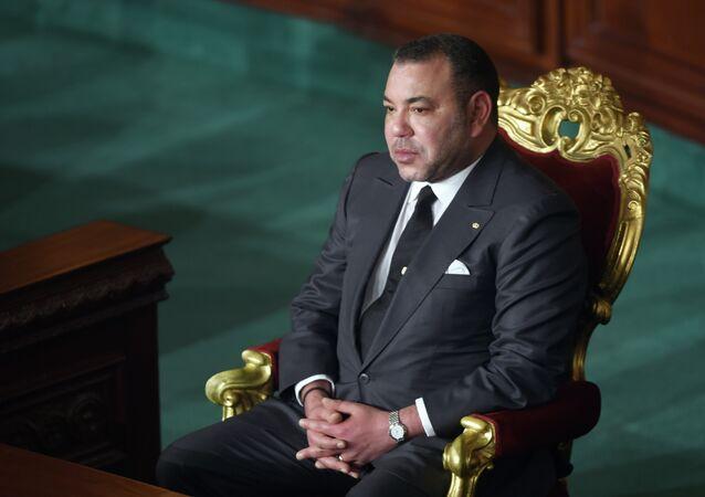 Le roi du Maroc Mohammed VI écoute lors d'une session de l'Assemblée constituante de la Tunisie le 31 mai 2014 à Tunis.