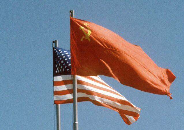 Drapeaux de l'URSS et des Etats-Unis (Archives)