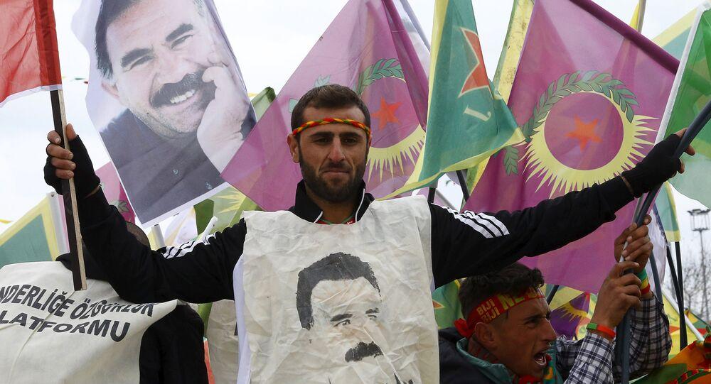Des gens rassemblées à Diyarbakir à l'occasion des festivités du Norouz, nouvel an kurde, tiennent des portraits d'Abdullah Öcalan