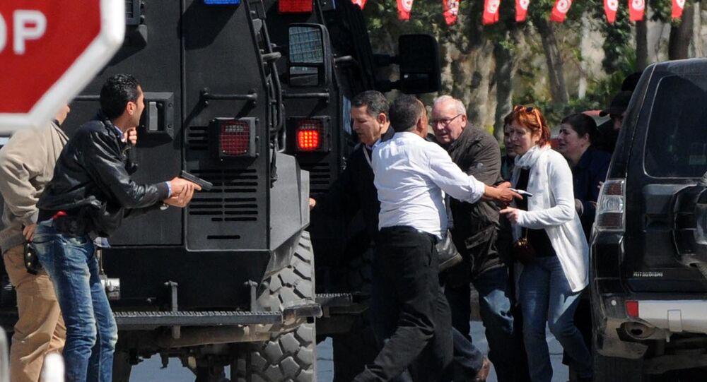 Des touristes sont évacués du musée du Bardo le 18 mars 2015 à Tunis