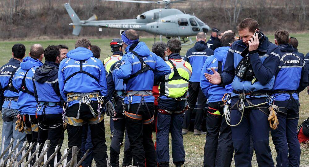 Policiers français près du lieu de crash d'Airbus A320