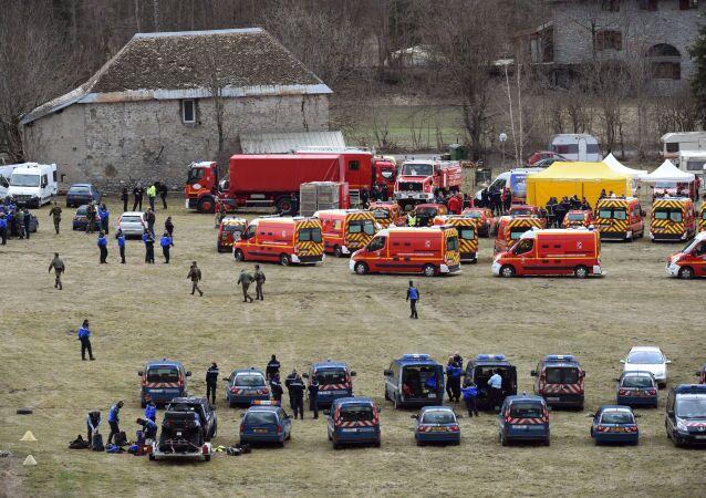 Secouristes et pompiers français près du lieu du crash d'Airbus A320