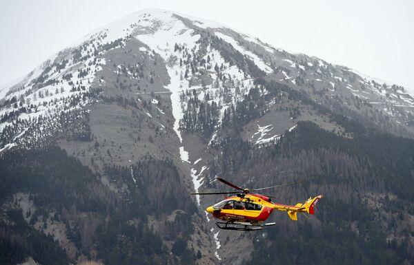 Вертолет в окрестностях крушения самолета Airbus A320 компании Germanwings - Sputnik France