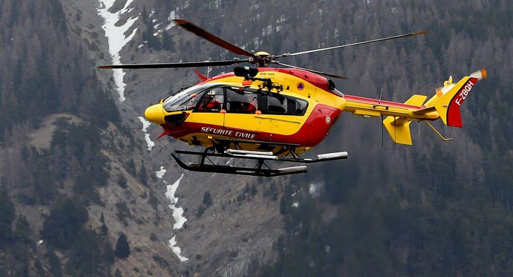 Hélicoptère près du lieu de crash d'Airbus A320