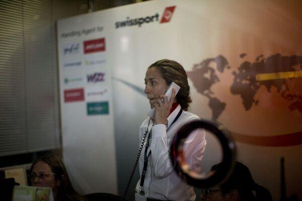 Сотрудница Swissport в аэропорту Барселоны - Sputnik France