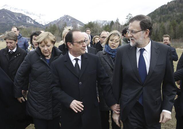Le président français François Hollande, la chancelière allemande Angela Merkel et le premier ministre espagnol Mariano Rajoy sur les lieux du crash