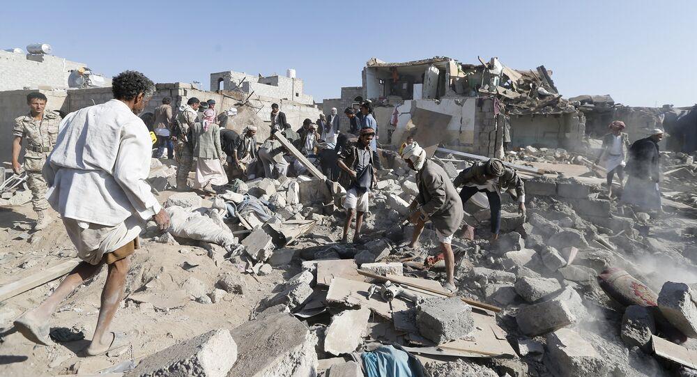 Des gens recherchent des survivants après les raids aériens près de Sanaa