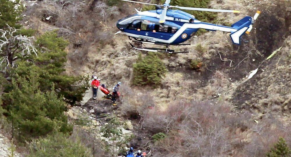 Hélicoptère au-dessus du lieu du crash de l'A320 de Germanwings
