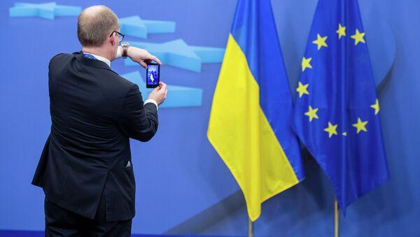 Drapeaux de l'Ukraine et de l'UE - Sputnik France
