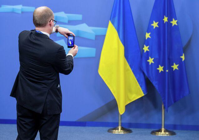 Drapeaux ukrainien et de l'UE. Image d'illustration