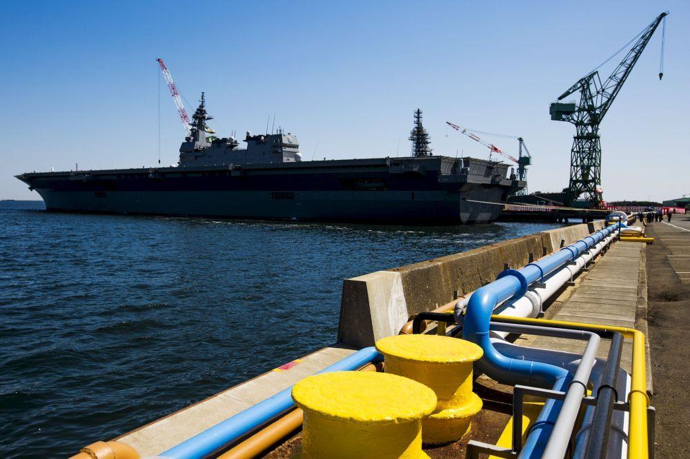 Le porte-hélicoptères Izumo dans le port de Yokohama