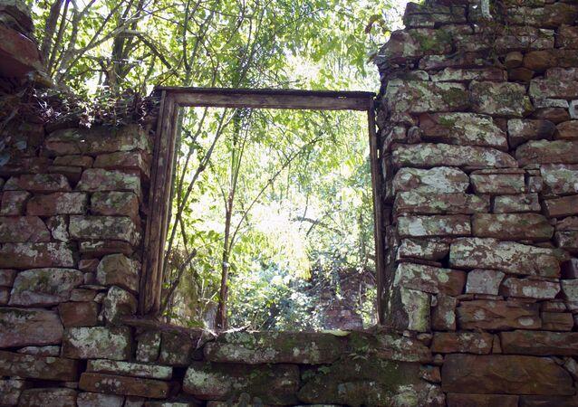 Ruines de possible refuge des nazis près de San Ignacio